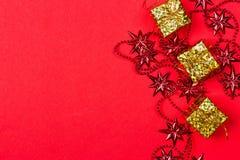 Röd bakgrund för jul med gåvan och garnering Arkivfoton