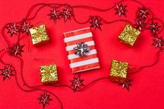 Röd bakgrund för jul med gåvan och garnering Royaltyfria Foton
