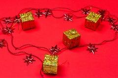 Röd bakgrund för jul med gåvan och garnering Arkivbild