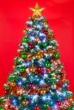 Röd bakgrund för julgran Arkivfoton