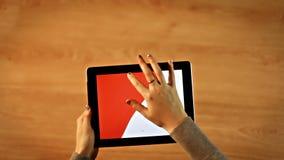 Röd bakgrund för kvinnlig teckning på minnestavlan lager videofilmer