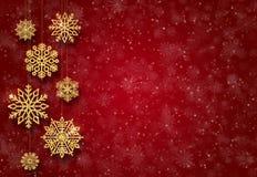 Röd bakgrund för nytt år med guld- julgranleksaker guld- snowflakes arkivbilder