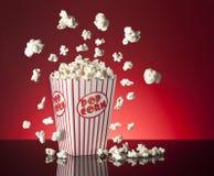 Röd bakgrund för popcorn Royaltyfri Fotografi