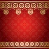Röd bakgrund med den guld- blom- gränsen Royaltyfria Bilder