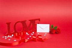 Röd bakgrund med förälskelsetecknet Royaltyfri Bild