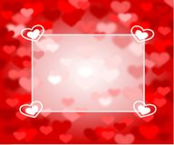 Röd bakgrund med rosa och röda hjärtor och textasken Royaltyfria Foton