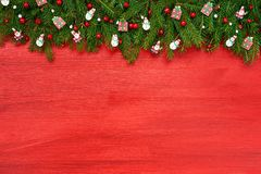 röd bakgrundsjul Julgranträd med garnering på röd träbakgrund royaltyfri fotografi