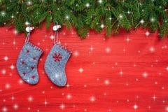 röd bakgrundsjul Julgranträd och julsockor på röd träbakgrund kopiera avstånd Royaltyfri Fotografi