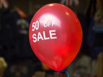Röd ballong - 50 procent av - försäljning Arkivbild