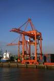 Röd behållarepäfyllningskran, Dublin Port Royaltyfria Bilder
