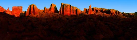 Röd bergöverkant Arkivfoto