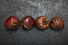 Röd beta för vitamin på en svart bakgrund arkivfoto