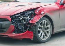 Röd bil efter olyckan Arkivbild