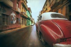 Röd bil för havannacigarrgata Arkivbild