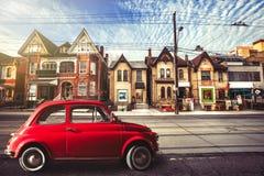Röd bil för tappning i den stads- gatan toronto royaltyfria foton