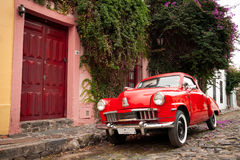 Röd bil i Colonia del Sacramento, Uruguay Fotografering för Bildbyråer