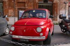 Röd bil i Roma Royaltyfri Fotografi