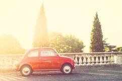 Röd bil i solnedgång fotografering för bildbyråer