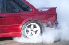 Röd bil med rök Royaltyfri Bild