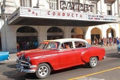 Röd bil och bio Royaltyfria Bilder