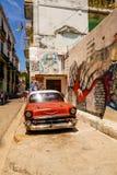 Röd bil och grafitti arkivbilder