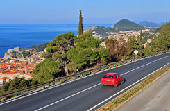 Röd bil på huvudvägen, Kroatien arkivfoto