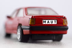 Röd bil, registreringsskylt, bilavgift royaltyfri bild
