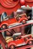 Röd bil som modellerar tillbehör och hjälpmedel royaltyfri bild