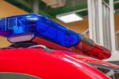 Röd blå varning med den långa siren på biltaket royaltyfri bild