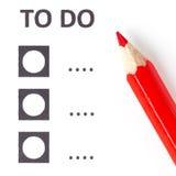 Röd blyertspenna på en datalista för röstning (att göra) Royaltyfri Fotografi
