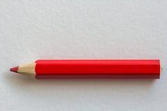 Röd blyertspenna på papper Royaltyfri Foto