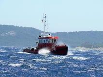 röd bogserbåt Arkivfoton