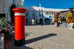 Röd bokstavspillerask för UK på den gamla byn, ett stillsamt inbrott Algarven som omges av den Pinhal golfbanan och Royaltyfri Foto