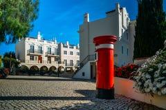 Röd bokstavspillerask för UK på den gamla byn, ett stillsamt inbrott Algarven som omges av den Pinhal golfbanan och Royaltyfri Fotografi