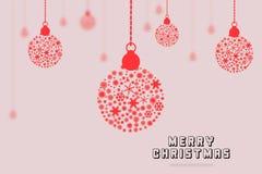Röd boll för glad jul med en rosa bakgrund, inbjudankort för glad jul Arkivfoto