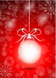 Röd boll för härlig jul Arkivbilder