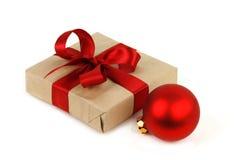 Röd boll för jul och gåvaask med det röda bandet Royaltyfri Bild