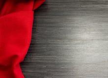 Röd bordduk på trätabellen för bakgrund abstrakt textur för tyg för bakgrundsclosedesign upp rengöringsduk Trä texturera Top besk Royaltyfri Bild