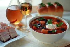 Röd borsch med gräddfil och meat Arkivfoton