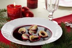 Röd borscht (Czerwony barszcz) med klimpar Royaltyfri Foto