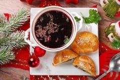 Röd borscht och bakelser för julhelgdagsafton Arkivbild