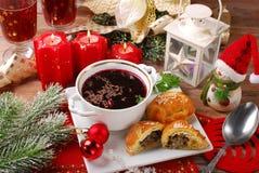 Röd borscht och bakelser för julhelgdagsafton Royaltyfri Foto