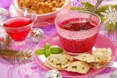 Röd borscht och ravioli (pierogi) för jul royaltyfri fotografi