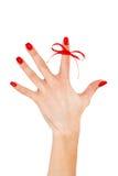 Röd bow på fingret, begreppssclerosis Royaltyfri Foto