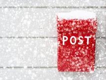 Röd brevlåda i snö Royaltyfri Foto