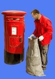 Röd brevlåda och arbetare. Arkivfoto