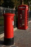 Röd brittisk stolpeask och telefonask London england Royaltyfri Fotografi