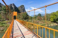 Röd bro över den Nam Sot floden, Vang Vieng, Laos Royaltyfria Foton