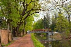 Röd bro över en kanal Royaltyfri Foto