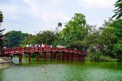 Röd bro i Hoan Kiem sjön, mummel Noi, Vietnam Arkivfoto